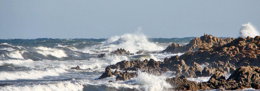 Wellen zerschellen an den Felsen