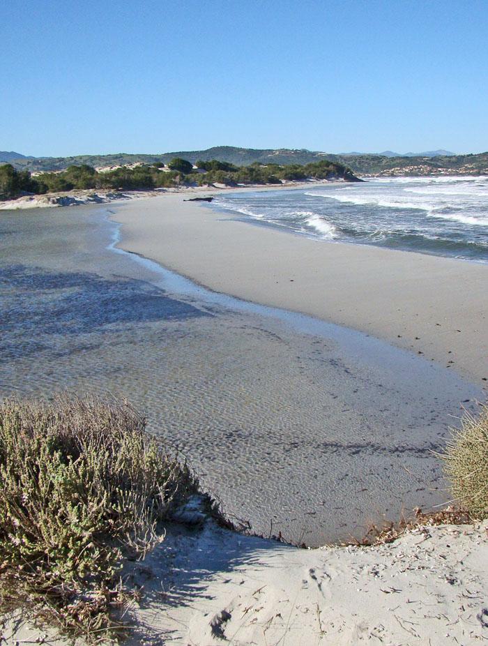 Ein schmaler Weg aus Sand zwischen Meer und Stagno